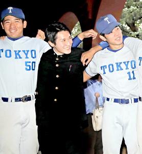 学生生活最後の試合を終え、神宮送別会に参加した東大・黒田主務(中)