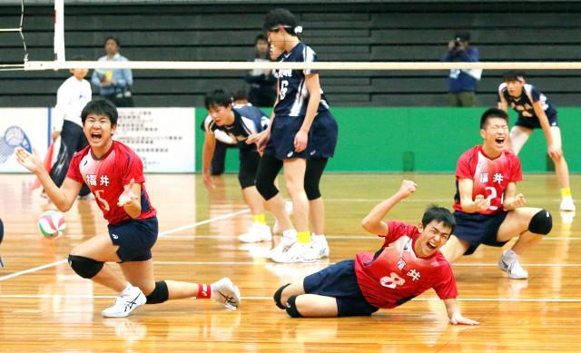 初のベスト4入りを果たし喜ぶ福井の選手たち