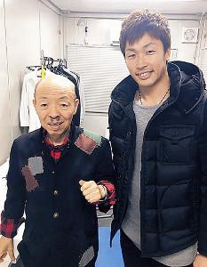 坂田利夫(左)と写真に納まる安達(本人提供)