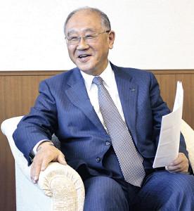 笑顔でインタビューに応じる坂井オーナー(カメラ・表 洋介)