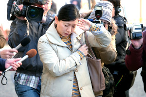 裕木奈江の23年ぶりの民放連続ドラマ出演作「FINAL CUT」の一場面。ワイドショーに追いかけられる恭子