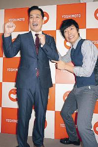腎臓がん摘出から仕事復帰した藤崎マーケット・田崎佑一(左)と、田崎の左腹付近を指さすトキ