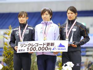 女子500メートルの表彰台に並ぶ(左から)2位・郷、優勝・小平、3位・神谷