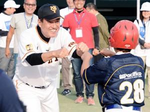 ペルーで行われた野球教室で現地の少年とグータッチする