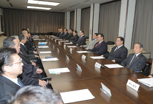両国国技館で臨時理事会が行われた(右から4人目が貴乃花親方)