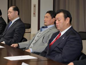 臨時理事会に出席した貴乃花親方(左は尾車親方、右は春日野親方)