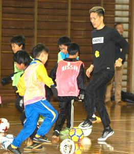サッカースクールで指導する小林祐希