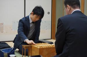 王座戦1次予選で、豊川孝弘七段(右)を相手に、初手を指す先手・藤井聡太四段