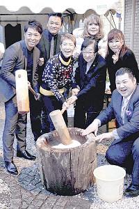 恒例の餅つきを行った水前寺清子(左から3人目)、石井ふく子氏(同4人目)ら