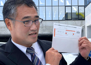 明石家さんま直筆の日本ハムファンクラブ申込書を持つ日本ハム・木田GM補佐