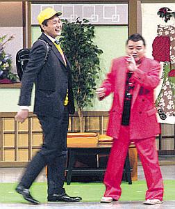 13年3月、貴乃花親方(左)は大阪場所のPRで吉本新喜劇に出演