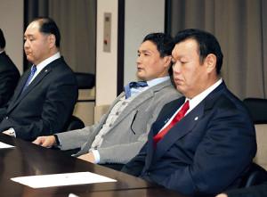 臨時理事会に臨む貴乃花親方(左は尾車親方、右は春日野親方=カメラ・相川 和寛)