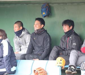 広陵野球部OB会の野球教室で、ベンチで笑顔を見せる(左から)広島・中村奨成、巨人・小林、巨人・吉川光