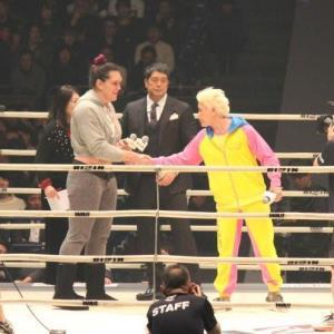 再戦へガッチリと握手を交わしたギャビ・ガルシア(左)と、神取忍