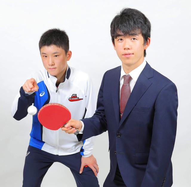 藤井聡太四段(右)と張本智和