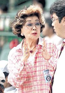 甲子園のスタンドでの野村沙知代さん(2009年6月)野球少年の指導に熱心な一面もあった