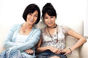 恋人のような母娘だったという野際陽子さんと長女の真瀬樹里(右)