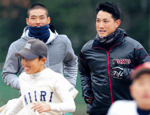 広陵野球部OB会の野球教室に参加し、子どもたちとランニングを行う(後列左から)中村奨、小林(カメラ・渡辺 了文)