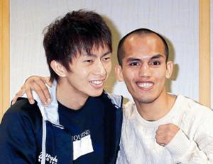笑顔で写真撮影に応じた田口(左)とIBF同級王者のメリンド