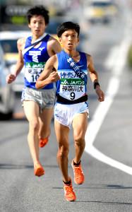 2区を走る神奈川大のエース・鈴木健