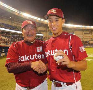 8月22日のロッテ戦でプロ入り初勝利の藤平(右)は、梨田監督から祝福された