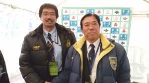 健闘をたたえ合う国学院久我山の土屋監督(左)と国学院栃木の吉岡監督