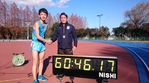 2万メートル学内記録で1時間0分46秒17で走破した島田(右)と、島田をたたえる両角監督
