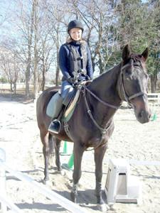 パッカパッカパッカ。馬に乗って、笑顔の富樫