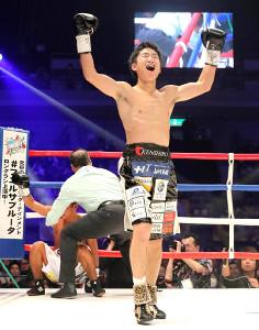 4回TKO勝利で2度目の防衛に成功した拳四朗はガッツポーズ