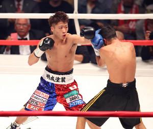 3回、ヨアン・ボワイヨを攻める井上尚弥(左)