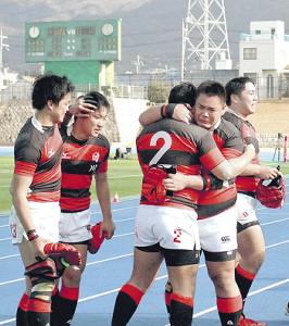 試合終了後、後輩のフッカー米倉〈2〉と抱き合い涙した会田(右から2人目)