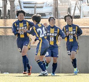 前半32分、2点目のゴールを決めて仲間から祝福される日本航空・浜野(左端)