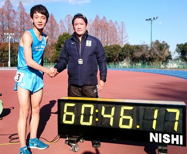 東海大の2万メートル学内記録会で快走し両角監督(右)と握手する島田