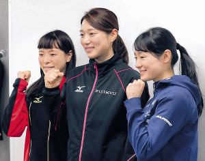 ショートトラック代表の五女・純礼(左)、三女・悠希(右)と共にポーズを取る菊池彩花
