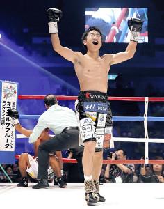 4回TKO勝利で2度目の防衛に成功し、ガッツポーズの拳四朗(カメラ・堺 恒志)