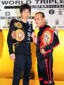 調印式を終えてファイティングポーズをとる王者・田口良一(左)とメリンド