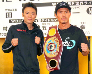 調印式を終えポーズをとる木村翔(右)と五十嵐俊幸