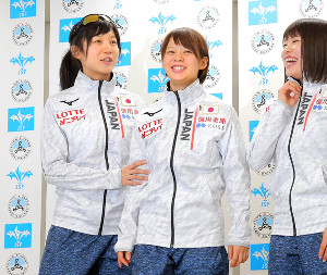 姉妹で平昌五輪代表に選出された高木菜那(右)と妹の美帆