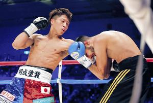 3回、ボワイヨ(右)のボディーへ強烈な左フックを打ち込みダウンを奪う井上尚(カメラ・堺 恒志)