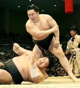 2008年九州場所での朝青龍(中央)と琴光喜