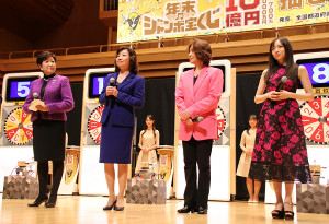 年末ジャンボ宝くじの抽選会に出席した(左から)小池百合子東京都知事、野田聖子総務相、指揮者の西本智実、バイオリニストの宮本笑里