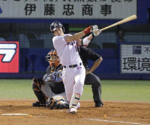 巨人との今季最終戦で中前適時打を放つ山田