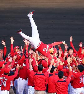 セ・リーグ連覇を達成し、ナインの手で胴上げされる広島・緒方孝市監督