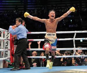 9回TKO勝利で初防衛に成功した木村は跳び上がりって喜ぶ(カメラ・堺 恒志)