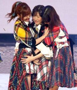 AKB48紅白SPメドレーを熱唱し渡辺麻友(中央)と抱き合う指原と柏木