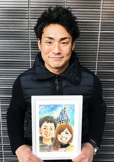 吉川大は、婚約者との似顔絵を手に笑顔(本人提供)