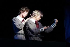 宝塚歌劇花組「ポーの一族」の一場面。アラン(柚香光=右)の血を吸おうと近づくエドガー(明日海りお)