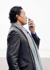 昨年11月、スマートフォンで通話する貴乃花親方