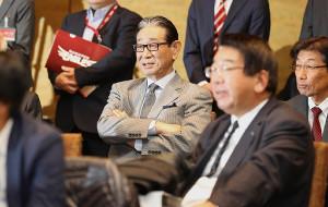 17年11月22日、入団会見の様子を見守る楽天・星野仙一副会長(中央)