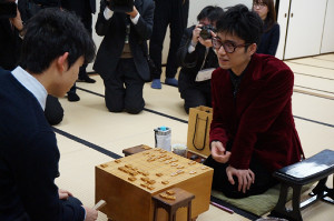 王位戦予選で、藤井聡太四段(左)に勝ち、感想戦で対局を振り返る大橋貴洸四段